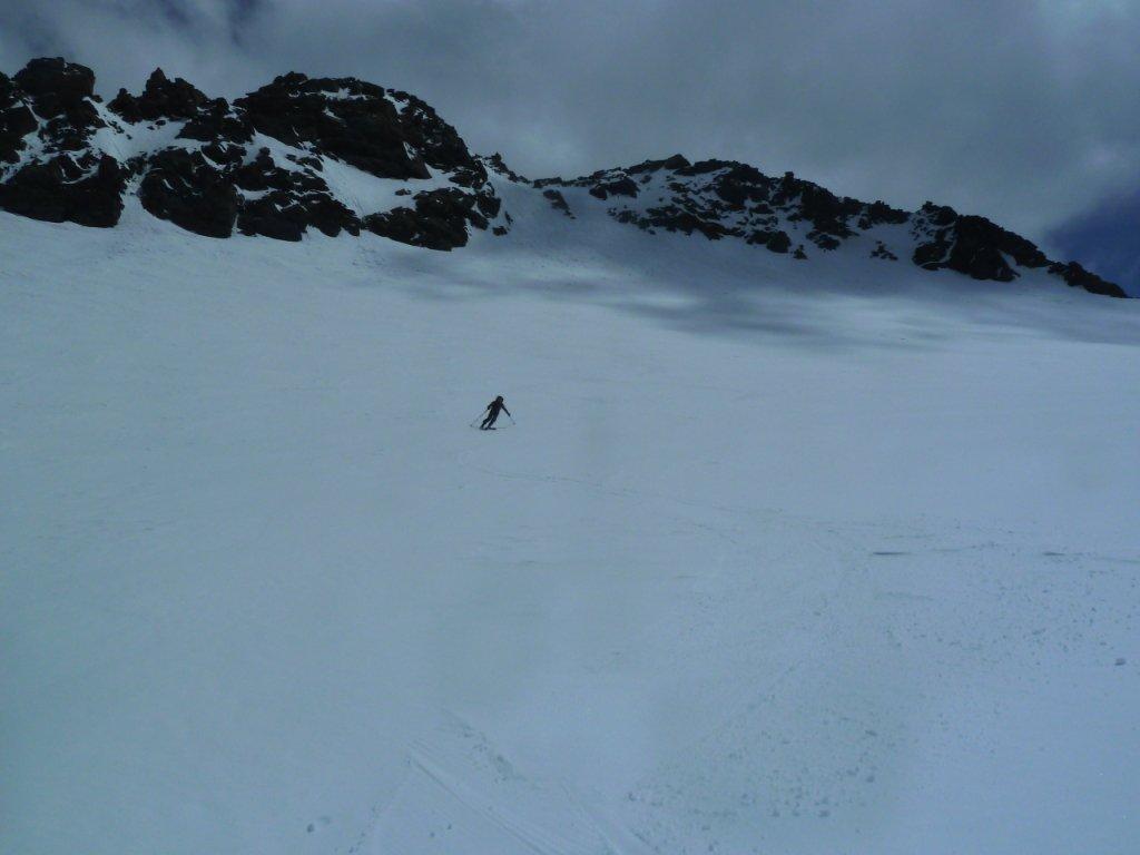 Inizio della discesa sul glacier du Genepy con alle spalle la Pointe de Labby
