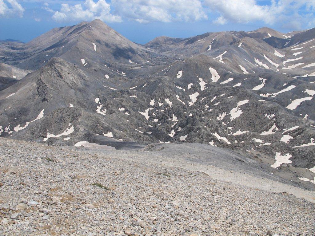 Dal pendio di ghiaioni del Griàs Soros uno sguardo verso la cresta percorsa
