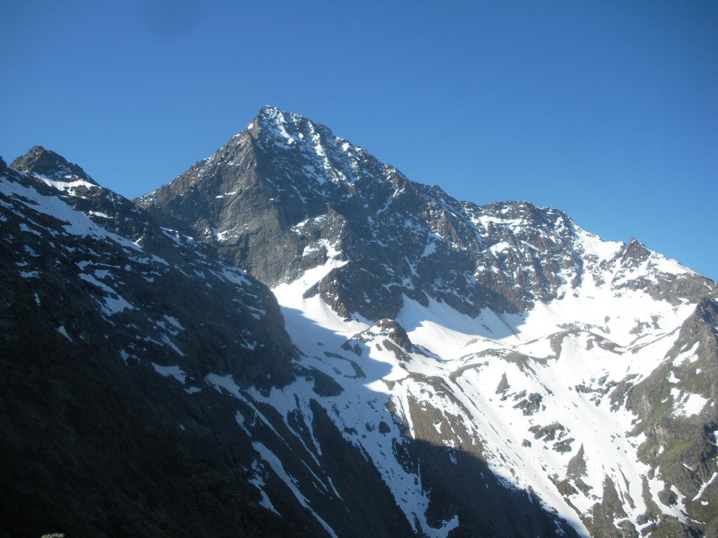 l'Emilius dalla cresta nord-ovest alla Becca di Seneva appare cosi'..