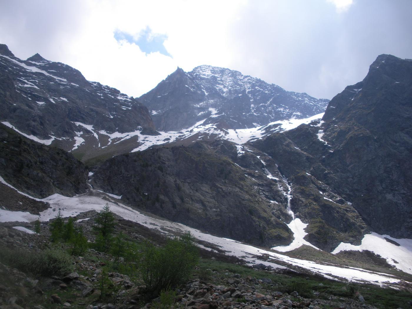 il selvaggio e solitario vallone d'Arpisson dominato dalla mole dell'Emilius alto al fondo..