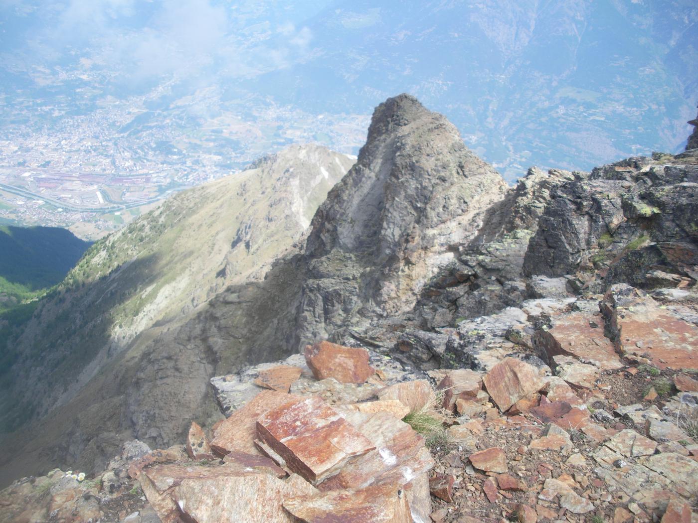 dalla vetta ..l'intera cresta salita..in basso a sx si vede Aosta..