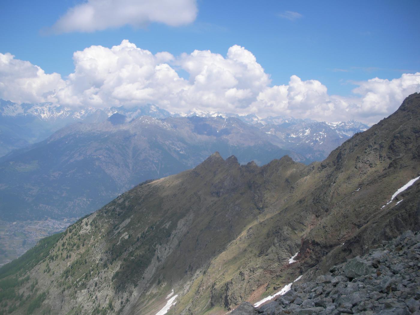 al centro in ombra il M.Pere Laurent e parte della cresta salita a dx..dal vallone di Arpisson..
