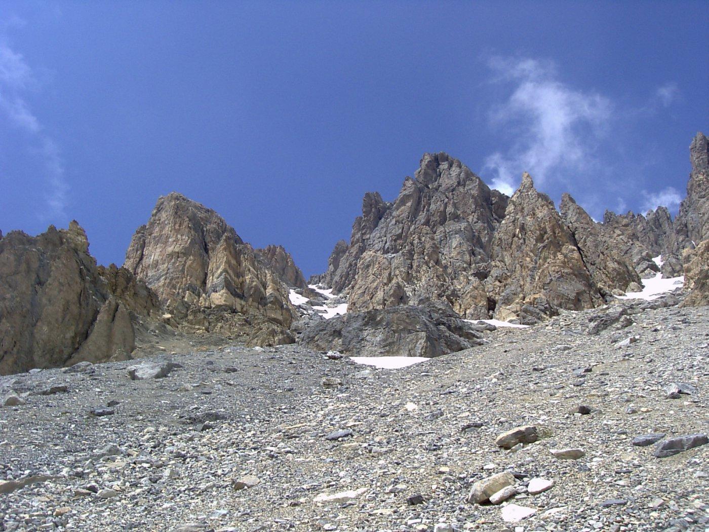 Alla destra del roccione al centro, l'imbocco del canale Sud, che risale lungo i nevai verso sinistra (foto A. Valfrè).