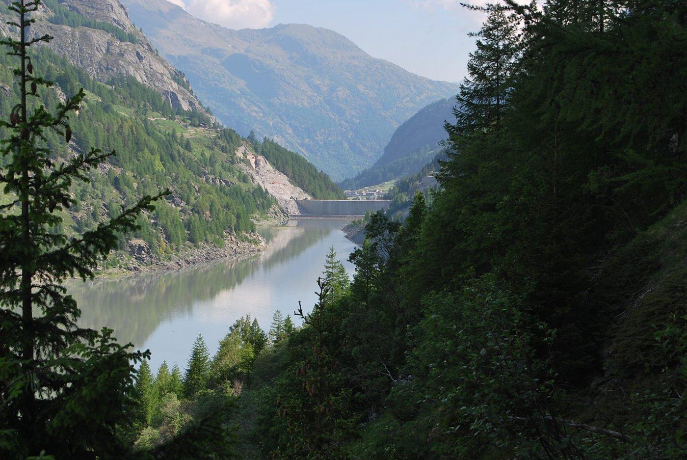 Il lago con la diga ribassata