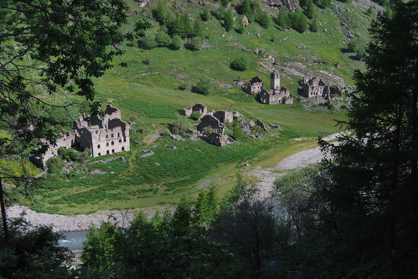 Il villaggio di Fornet, negli anni '50 a rischio sommersione con la costruzione della diga.