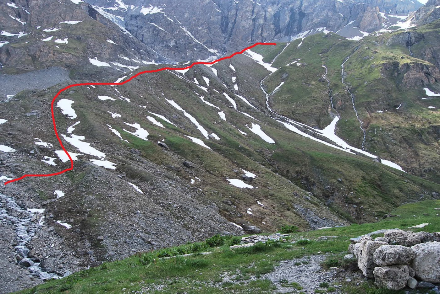 Il percorso per il lago sul crinale visto dal Rifugio Bezzi