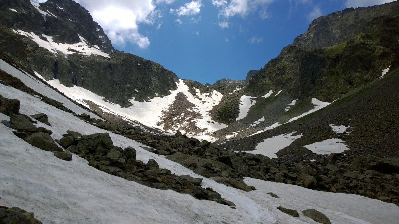 La prima balza; la lingua di neve a sinistra regala ancora una bella discesa..