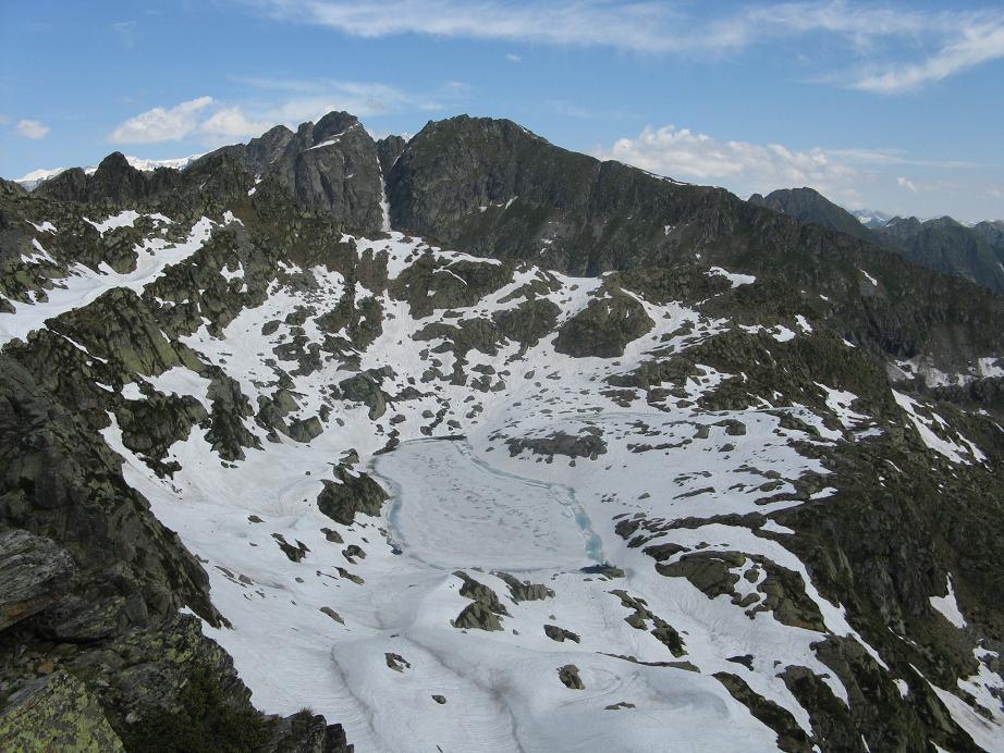 uno dei due laghi dei Tre Vescovi ancora quasi completamente ghiacciato