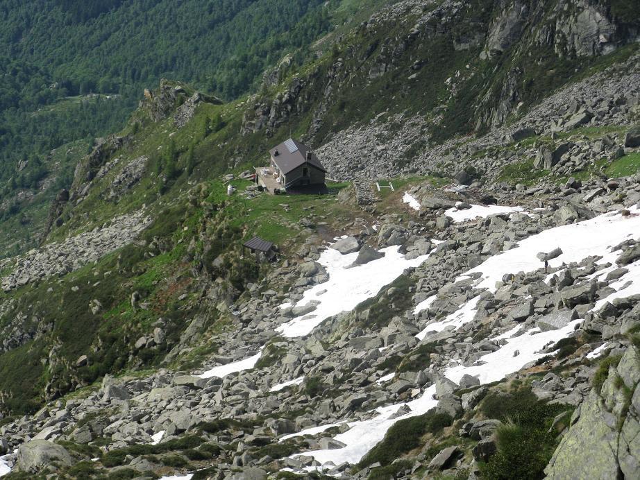 in basso il Rifugio Rivetti, salendo da Piedicavallo