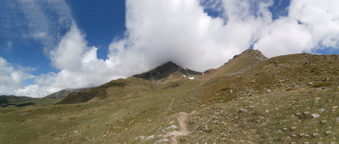 quasi raggiunto  il lago..Punta Fallere e Mont d'Arsy al centro...