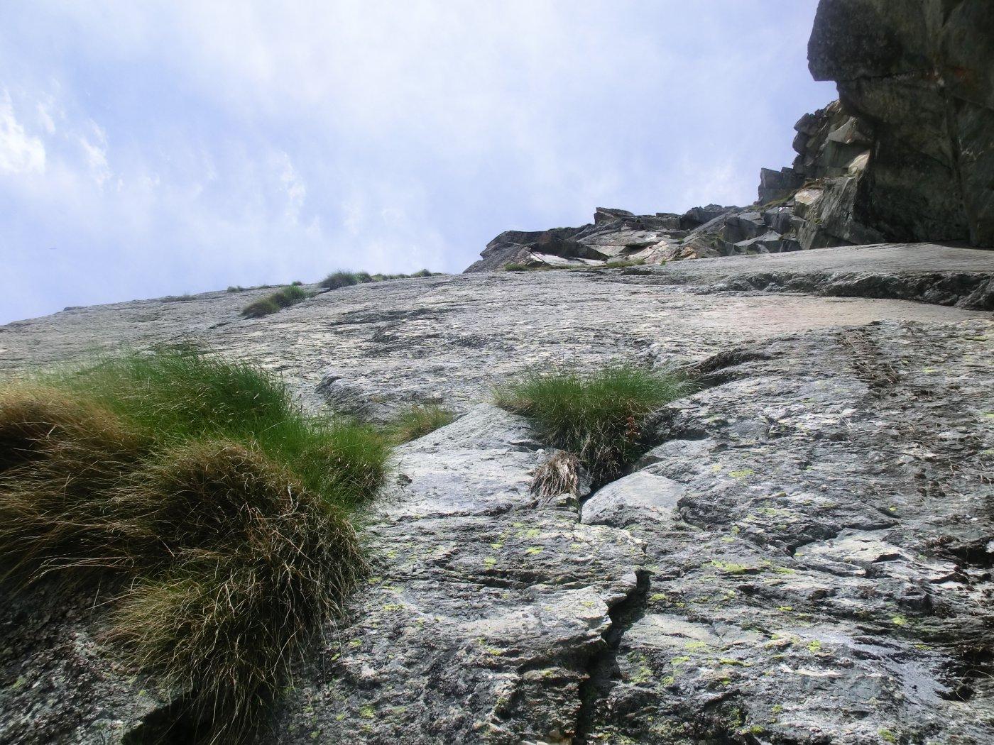 Le teppe erbose...si noti la sfilza a SX in alto ad ingombrare la fessura