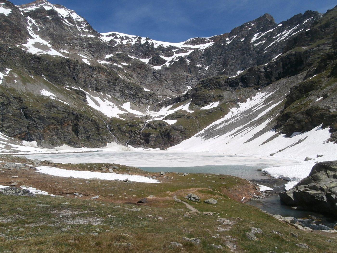 il lago ancora ghiacciato in superficie...