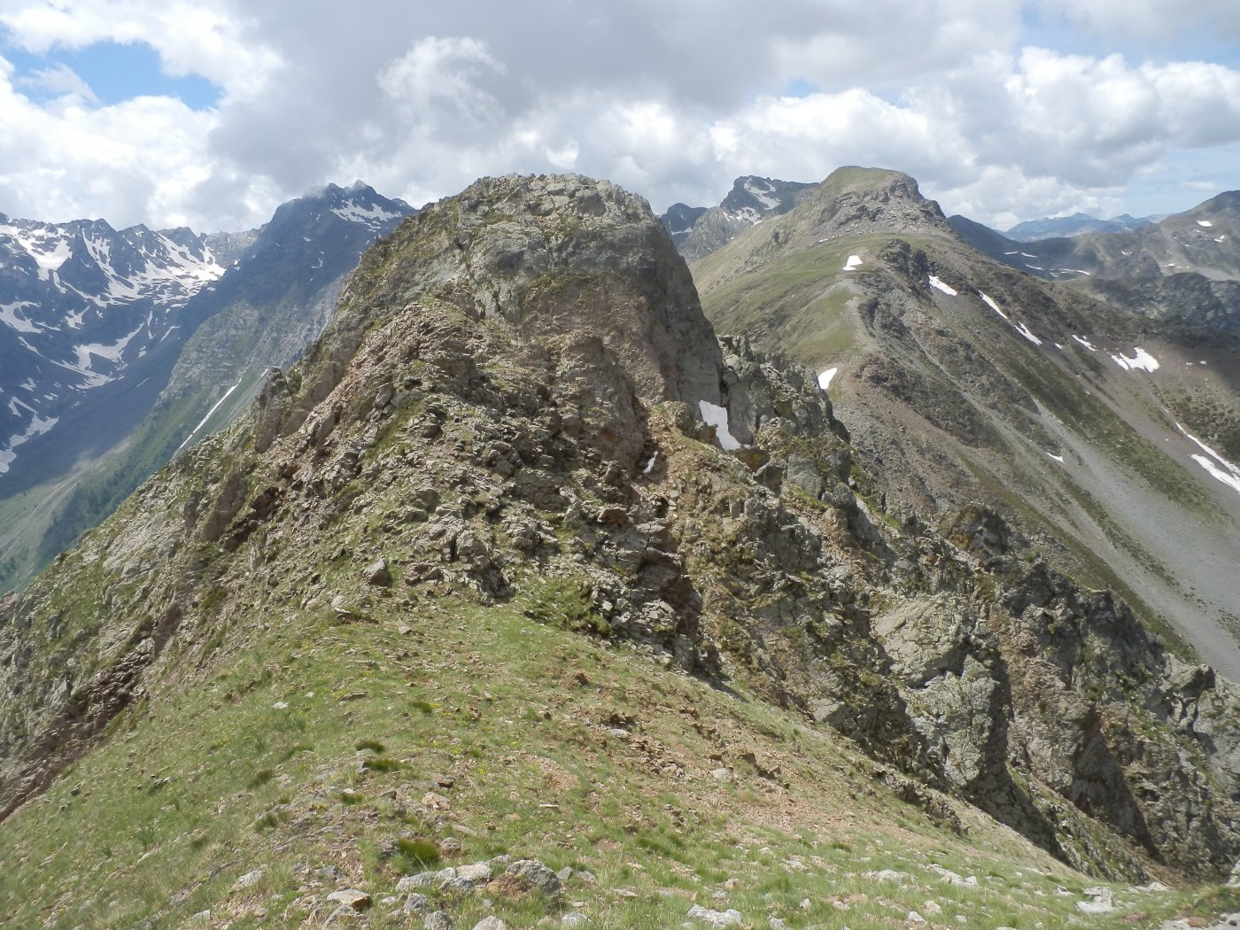 dal M.te Bassura, vista sul 2^ torrione e sulla Rocca verde