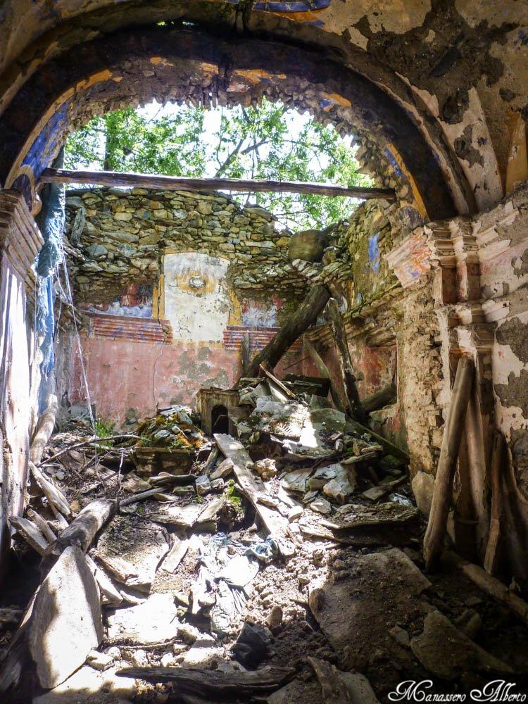 La chiesa di Cauri. Il degrado sta avendo il sopravvento. Peccato!