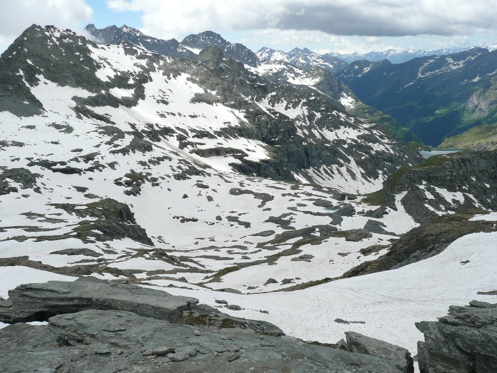 Vallone di Straling, cima omonima a sx, Lago Gabiet in fondo, visti dal Corno Rosso