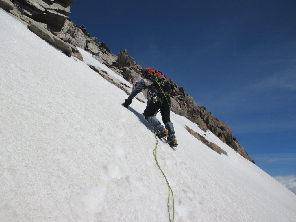 in traverso esposto sotto cresta su neve..
