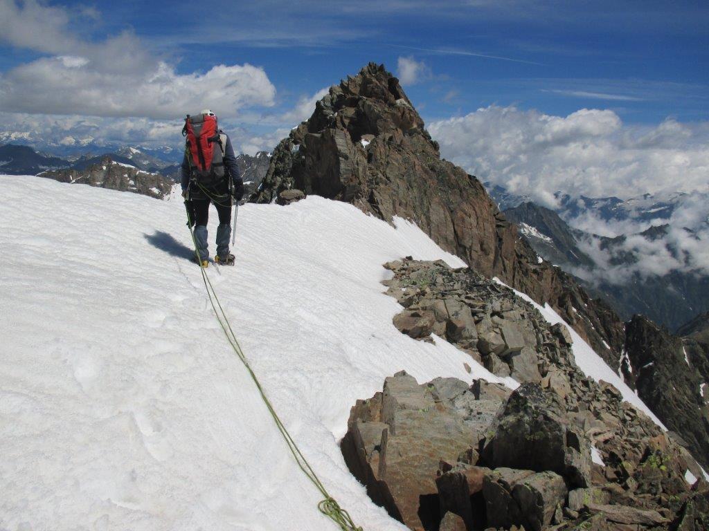 cavalcando la cresta verso il sommo del ghiacciaio..