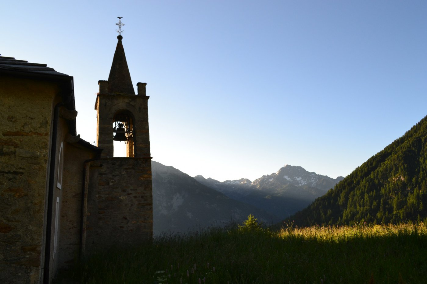 Chiesa di San Grato con il Mont Nery sullo sfondo