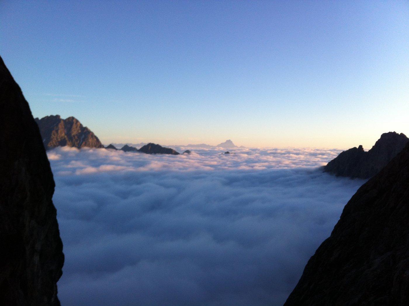 mare di nuvole e sullo sfondo il Monviso