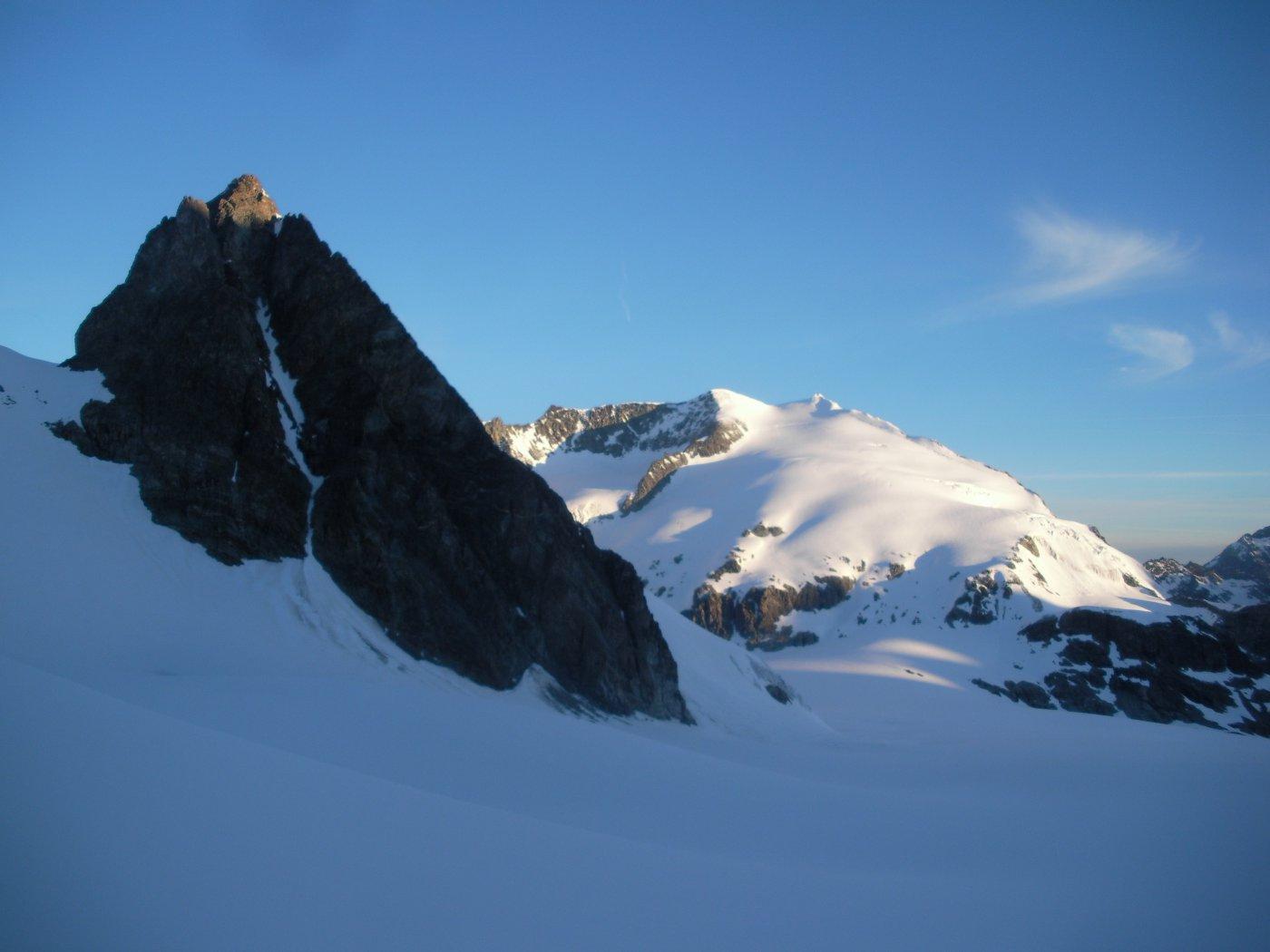Lo scuro Petit M.Collon e la Pigne d'Arolla dal Glacier du M.Collon all'alba..