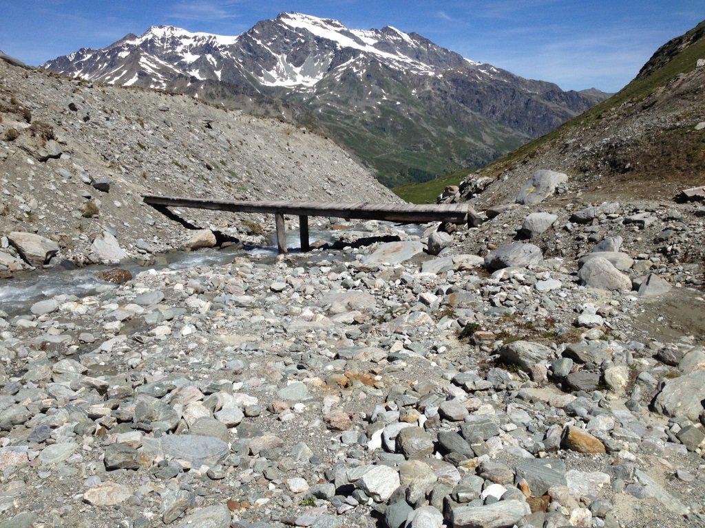 L'attraversamento del torrente Mt. Fortchat, sotto la cresta della Becca Refreita. Sullo sfondo il Rutor