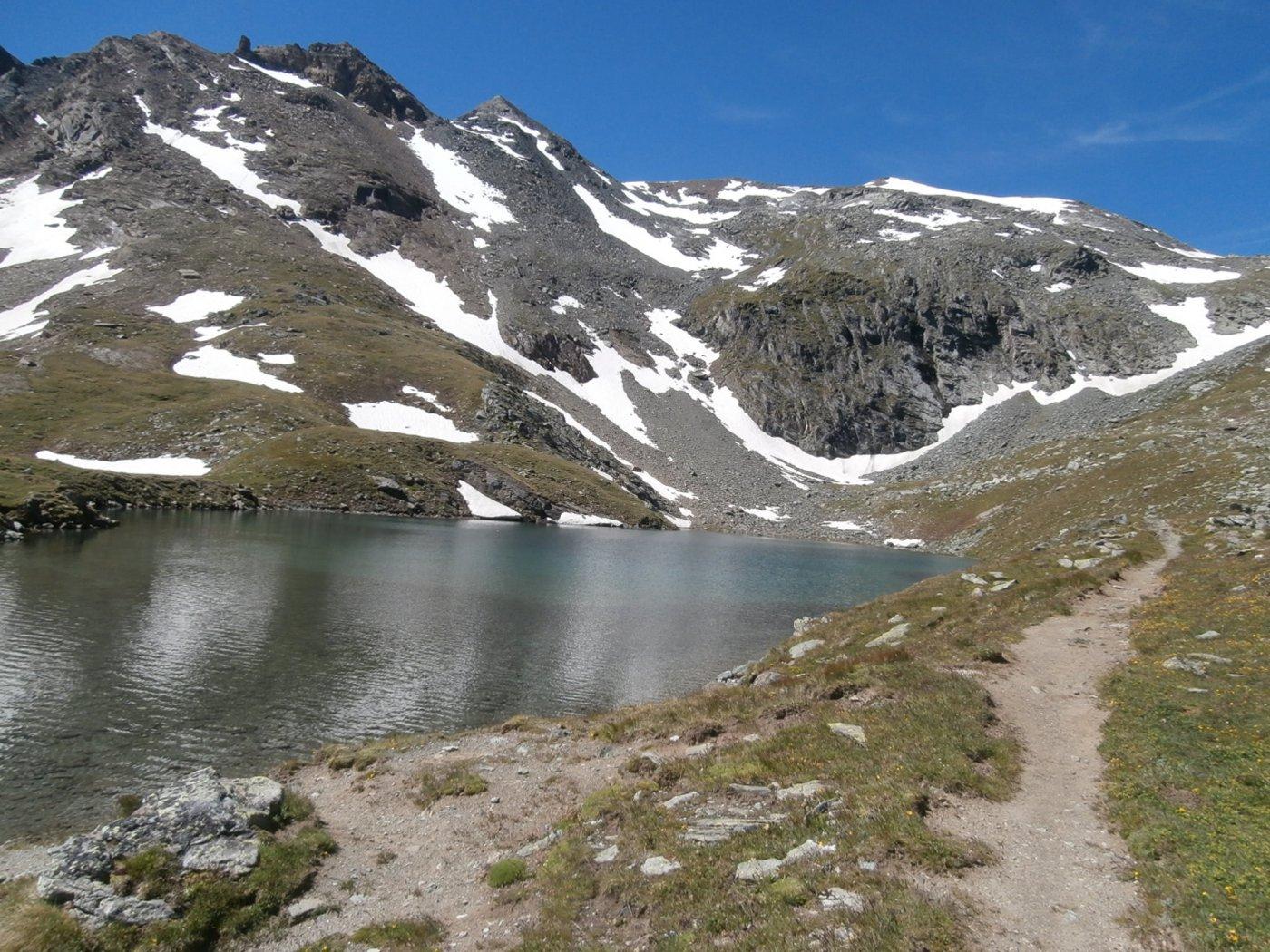 l'arrivo al lago Nero ...a destra il colle...