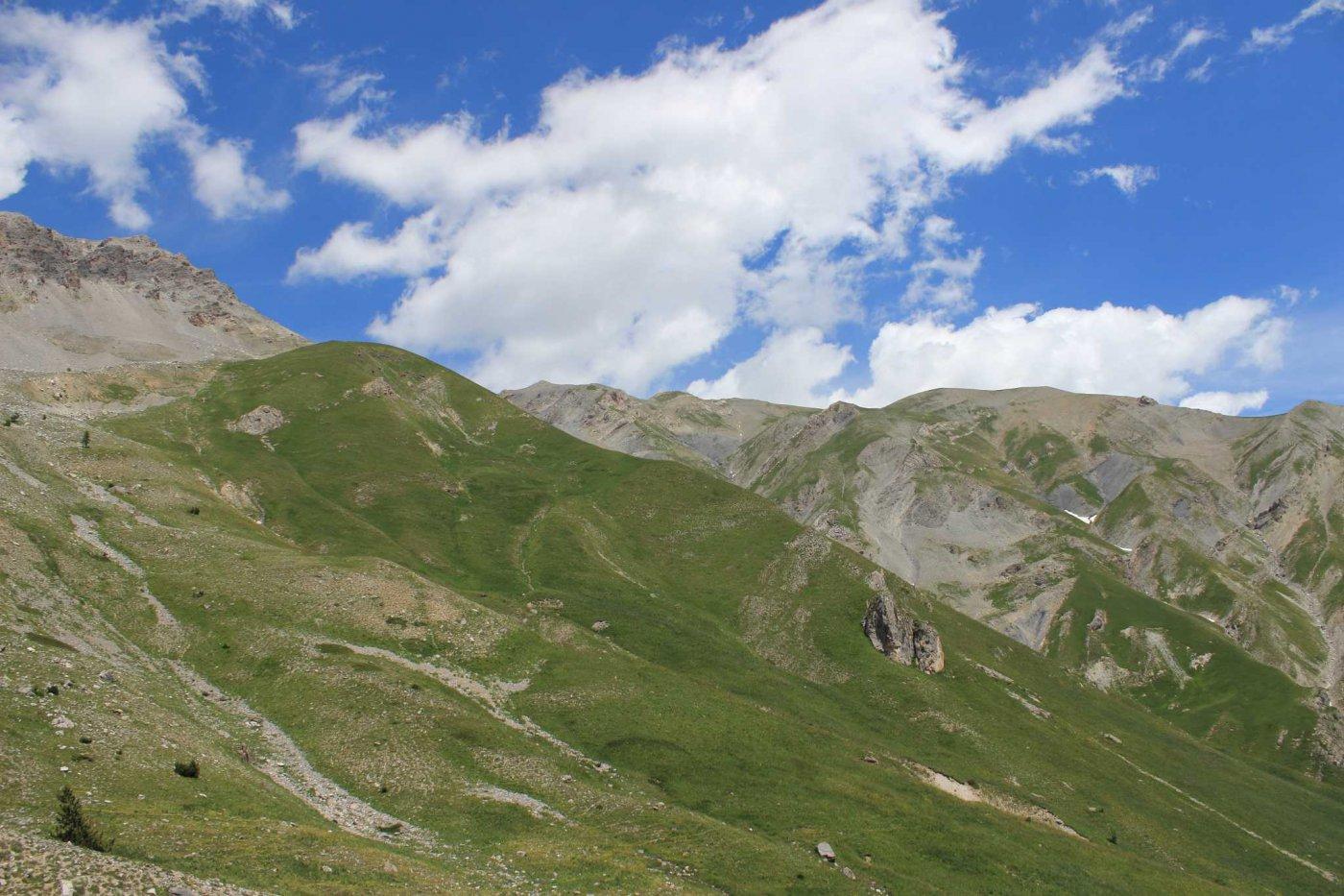 Più o meno al centro, il Giordano. A destra, itinerario verso la montagnetta, a sinistra itinerario per il colle di Servagno