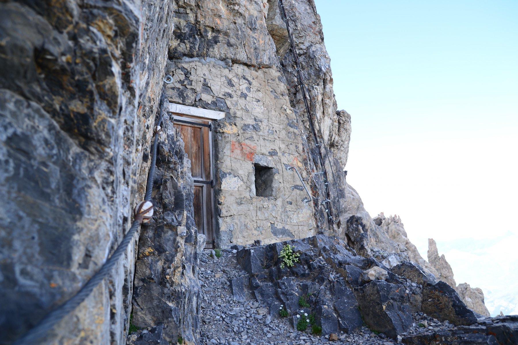 Piccolo rifugio poco sotto cima Dronero
