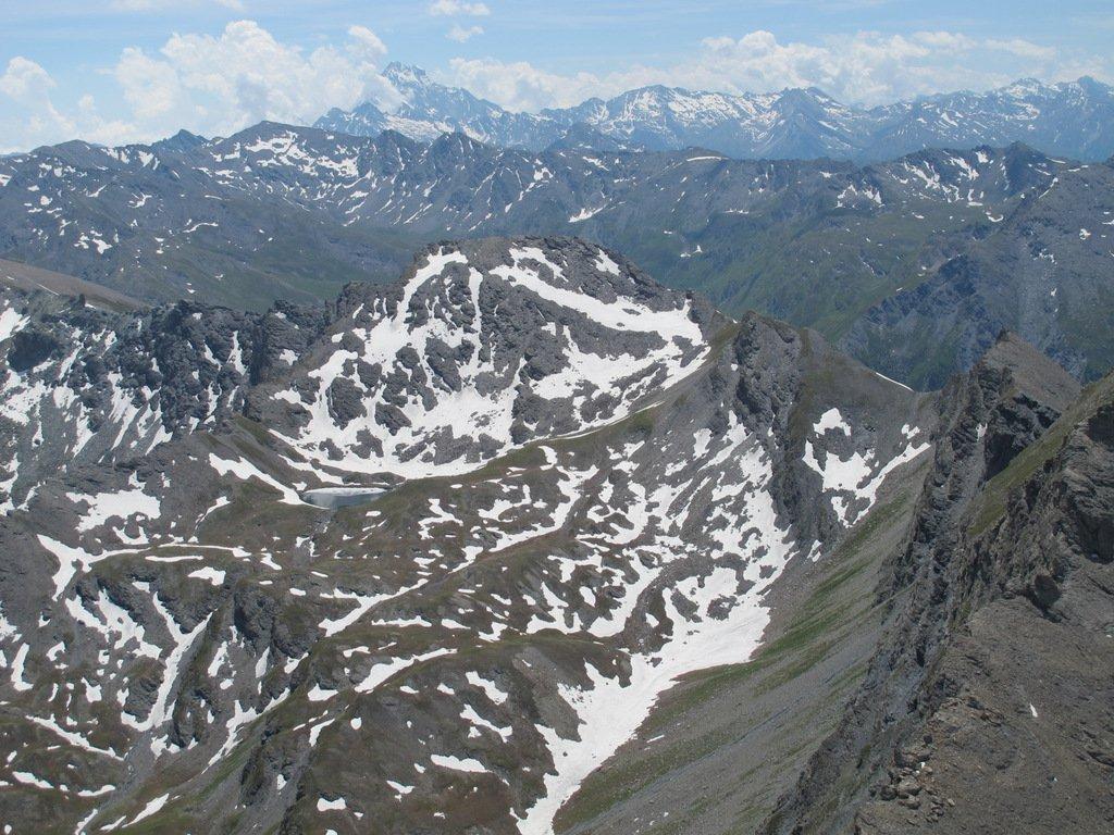 A centro foto la P. Fauri Sud e alla dx la q. 2924 e la P. Fauri Nord, in fondo il Monviso