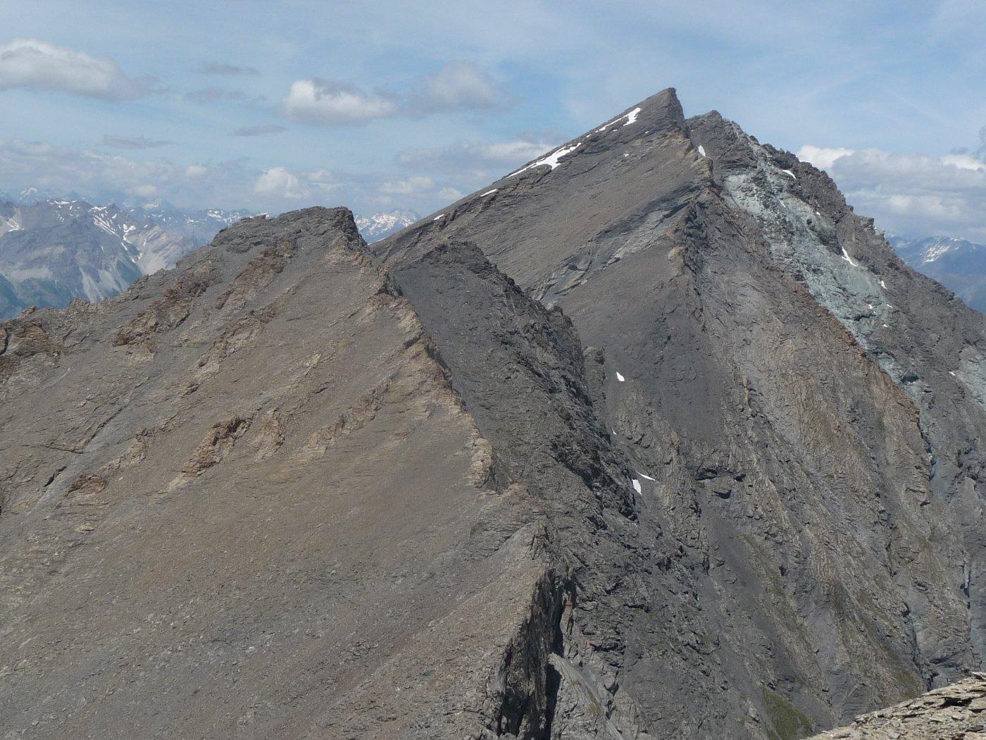 Rocce del Rouit a sinistra, con il percorso di salita e Rognosa a destra