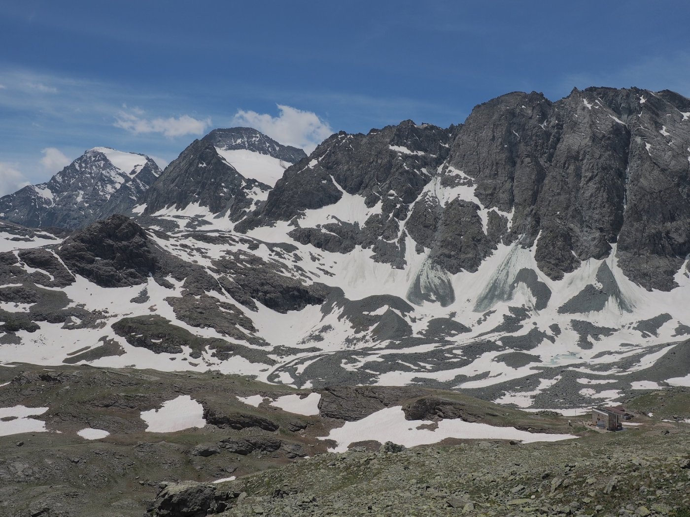 Vista verso il rifugio Gastaldi (in basso a destra) dalla vetta