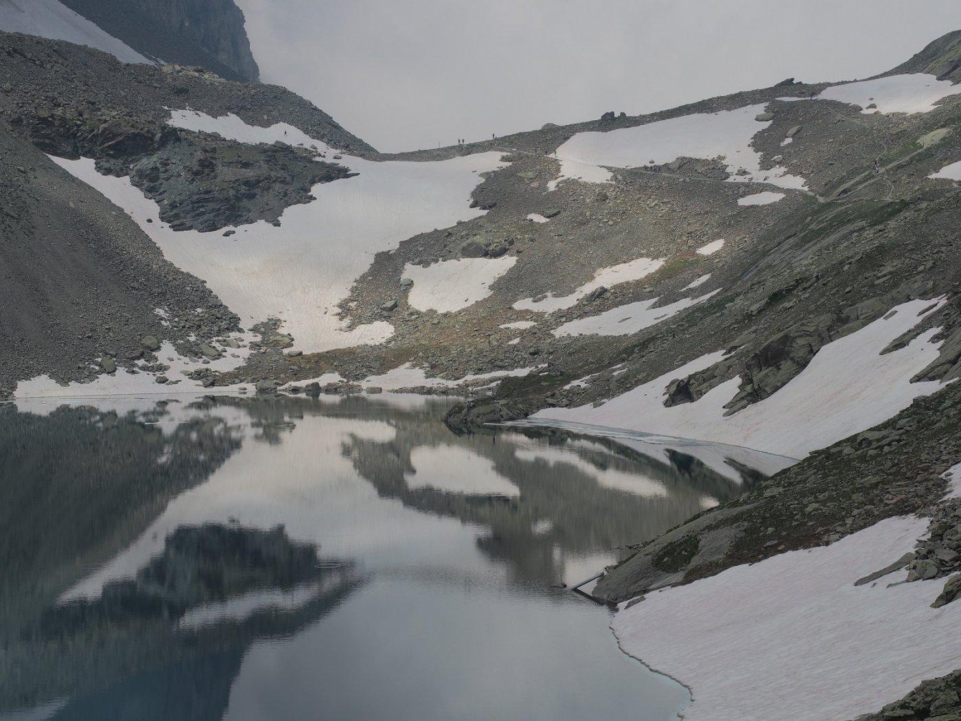 Il Colle di Viso (in mezzo) visto dalla sponda sud del Lago Grande di Viso