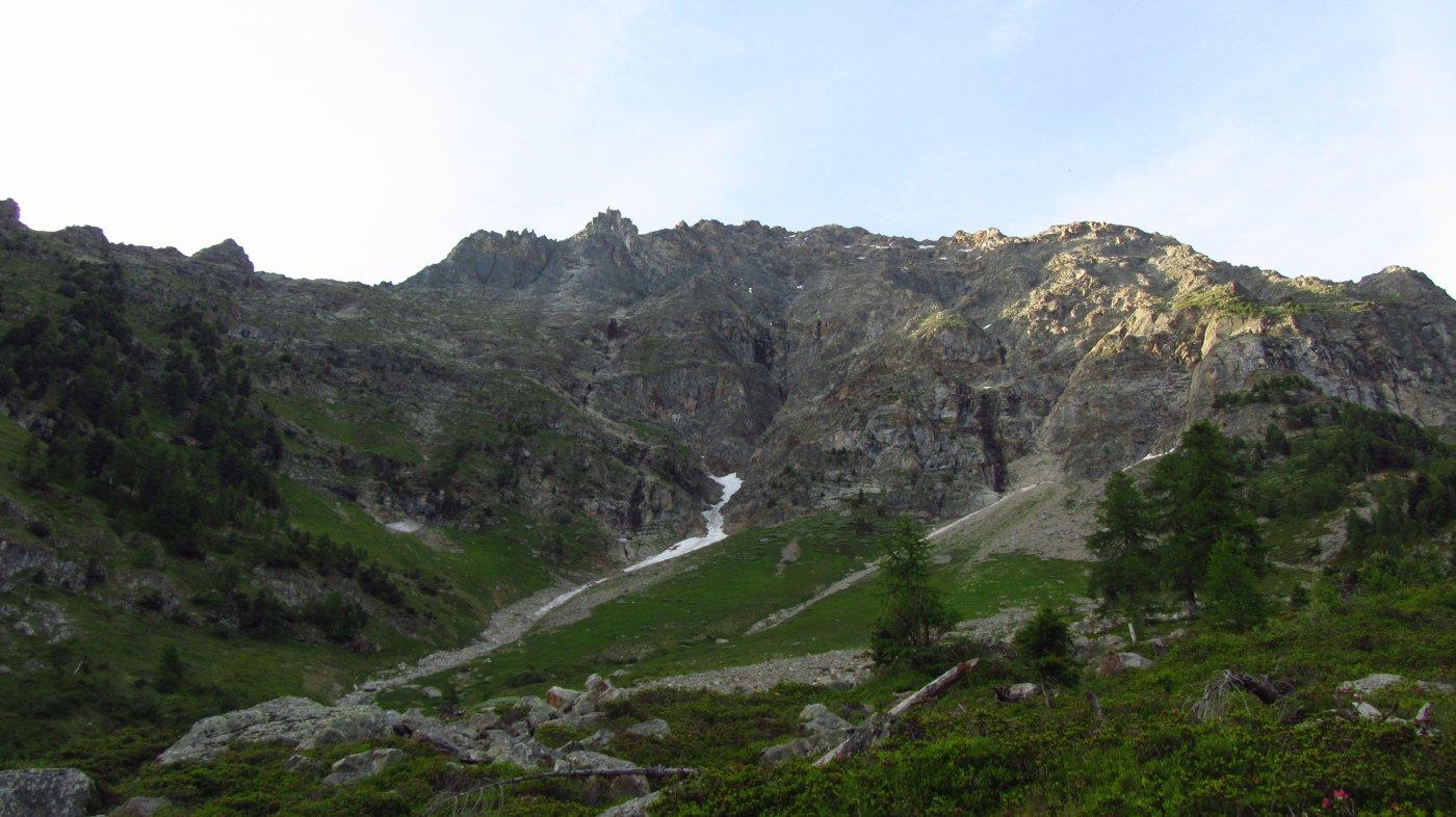 Sulla sinistra il pendio da risalire per raggiungere la base della cresta