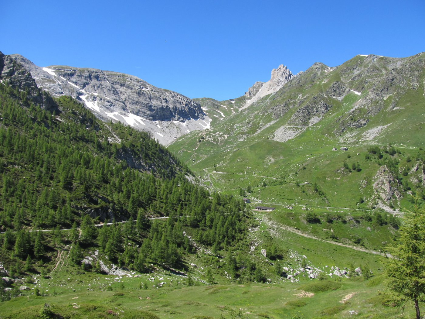 Salendo al Colle d'Esischie, il colle del Mulo e Gias Valanghe in basso.