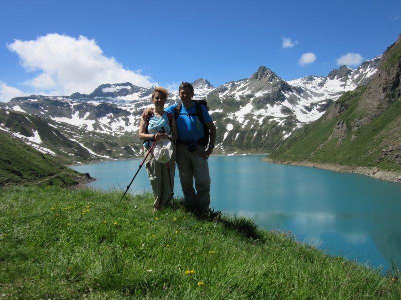 Con mia moglie davanti al lago del Vannino