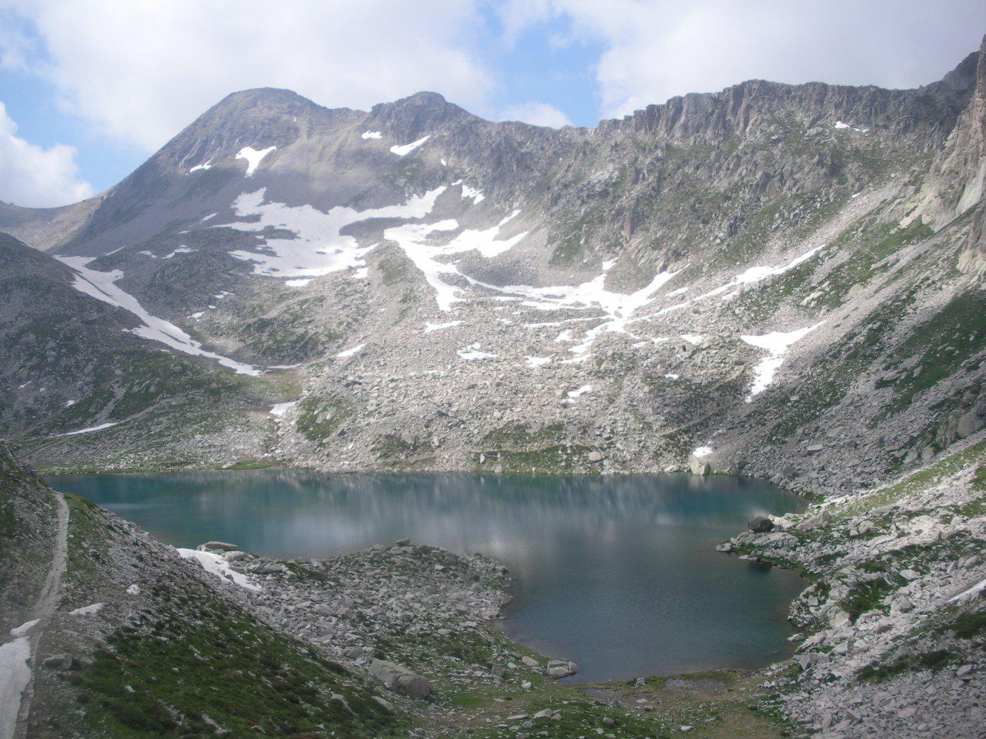 il lago di Fremamorta..e al fondo la cima..