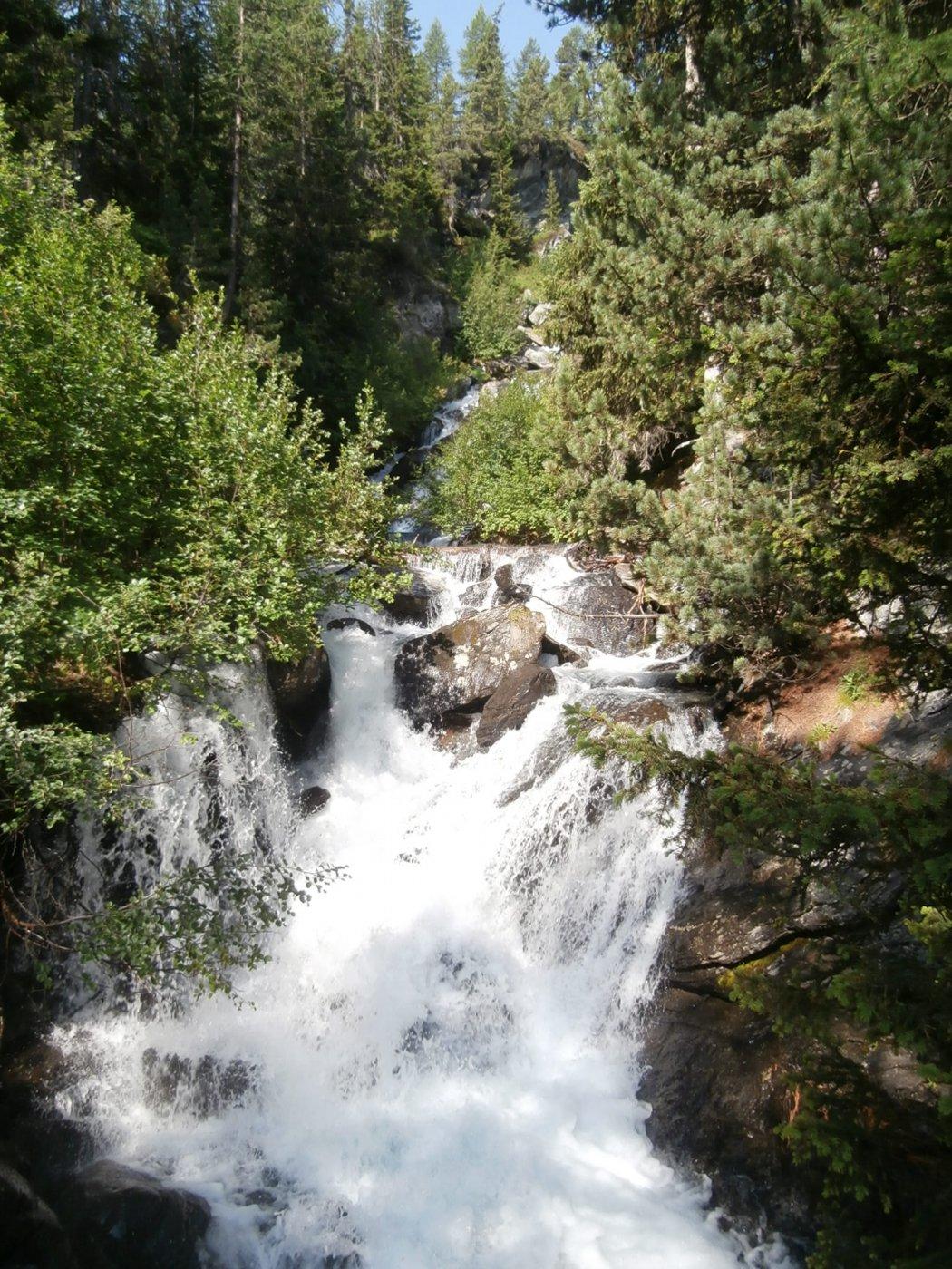 bella cascatella nel  tratto boschivo poco dopo la partenza sul sentiero n.7...
