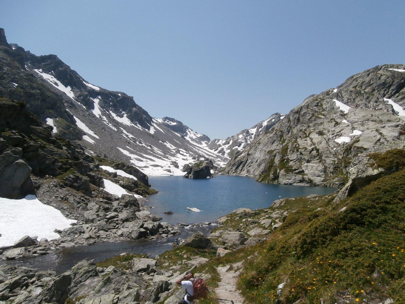 secondo lago con fondovalle e colle...