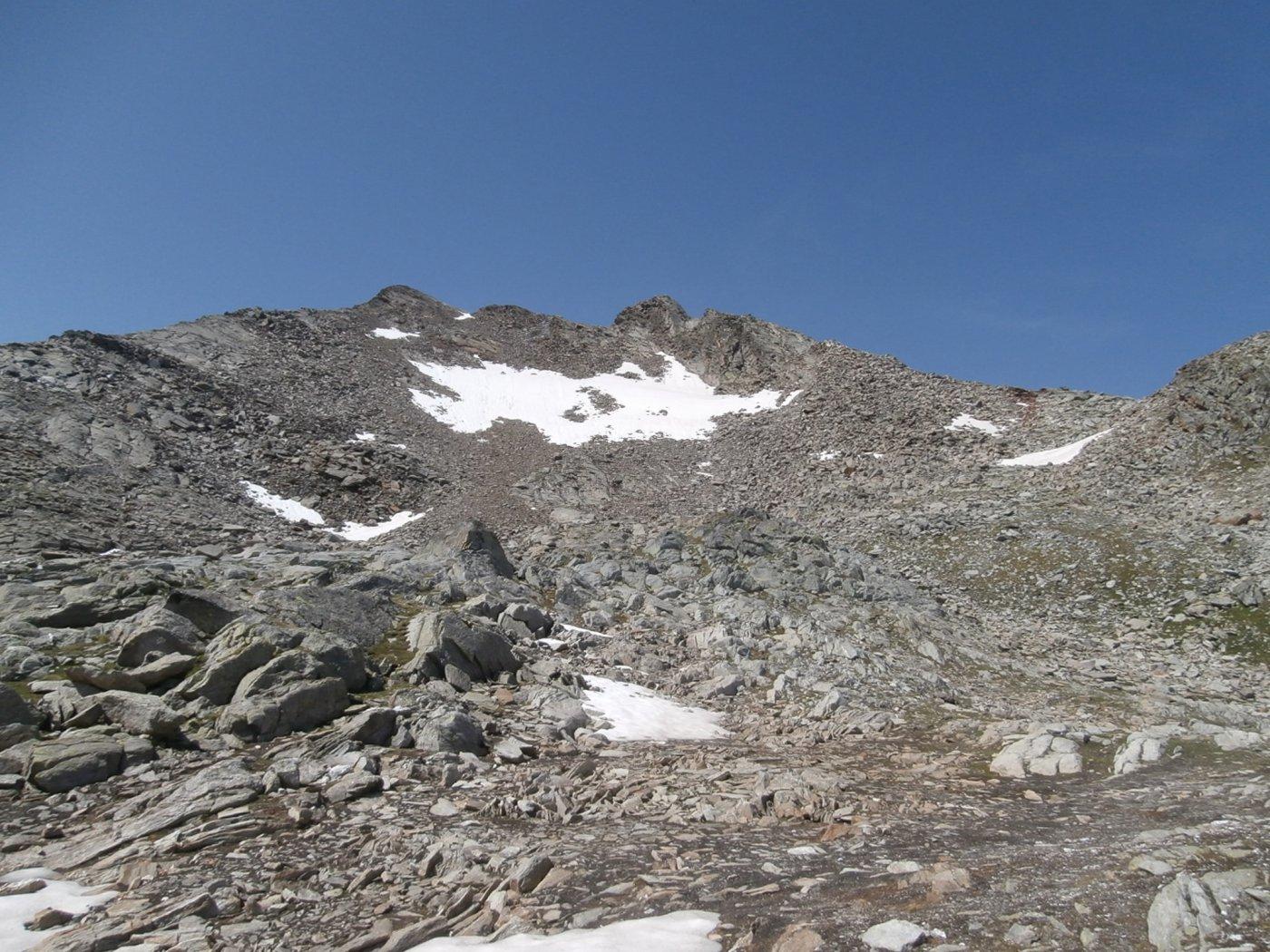 la vetta in vista con la pietraia finale ed il grosso nevaio ancora esistente..