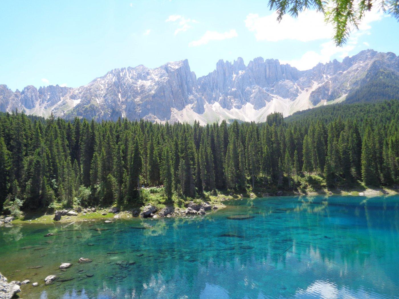 Lago di Carezza ai piedi della catena del Latemar