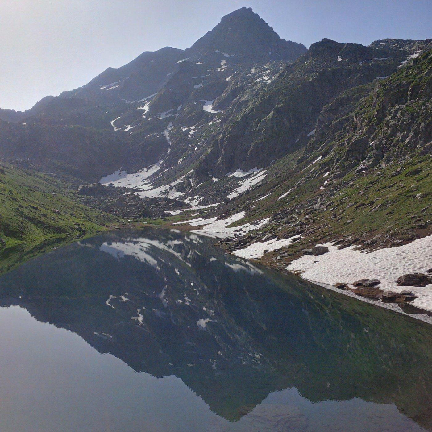 La cima e il lago Lungo, sempre dai dintorni del rifugio (foto E. Lana).