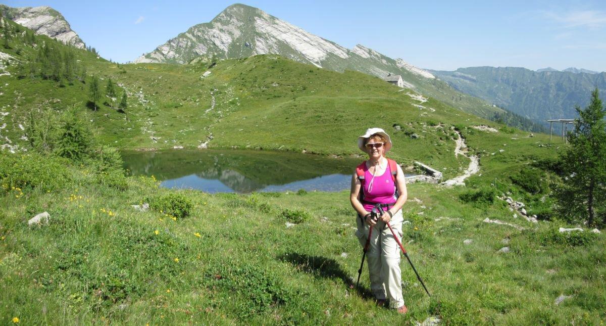 Patrizia davanti al primo laghetto e rifugio Greppi