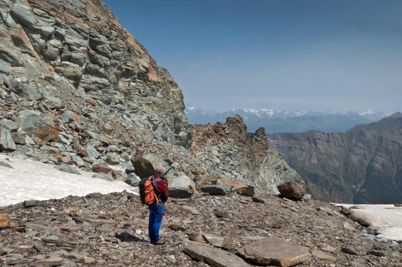 a 3000mt il vero colletto di uscita, in corrispondenza di una crestina orizzontale con grosso ometto visibile, delimitata verso valle da una puntina bifida.
