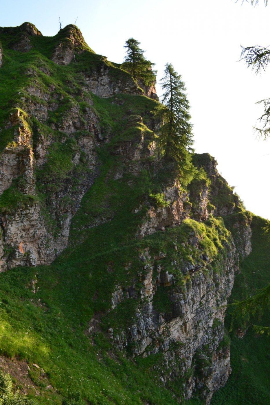 il sentiero esposto che corre lungo la bastionata
