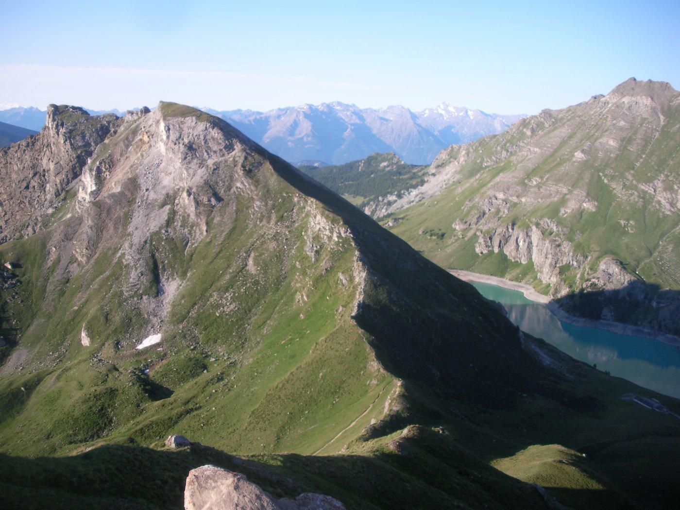 Il M.Pancherot e la conca di Cignana (ancora in ombra) dalla cresta sud al M.Seriola..
