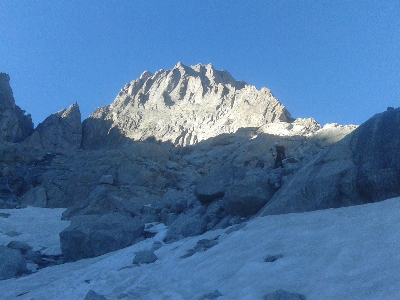Il versante sud del pizzo Badile, scendendo verso il rifugio Gianetti