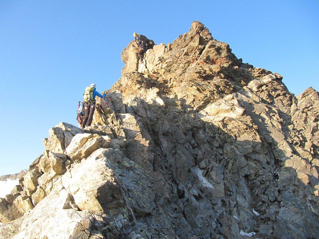 la prima parte della cresta rocciosa, non difficile, ma sempre esposta ben proteggibile in alcuni passi mediante spit in loco