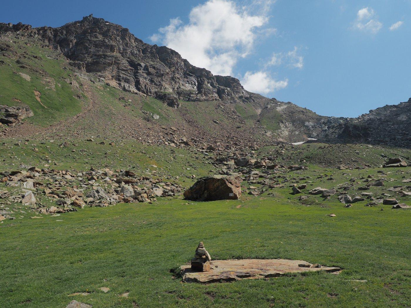 Percorrendo il vallone di Salza, con l'omonimo colle sullo sfondo a destra e l'imponente massa dell'Hochlicht sulla sinistra
