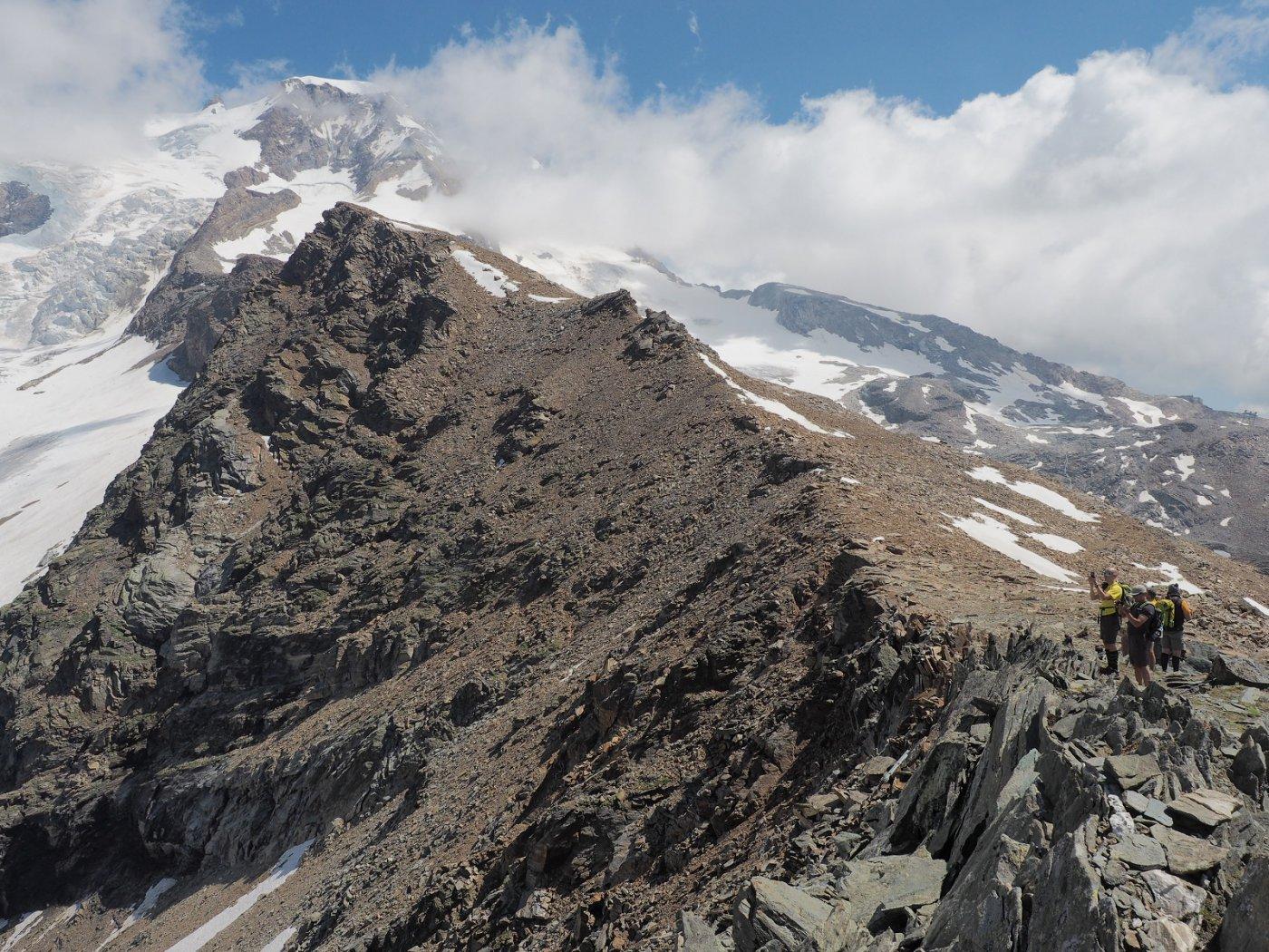 Foto di vetta! Sullo sfondo, seguendo la cresta, si vede la cima a 3348 m e dietro, imponente, la Piramide Vincent