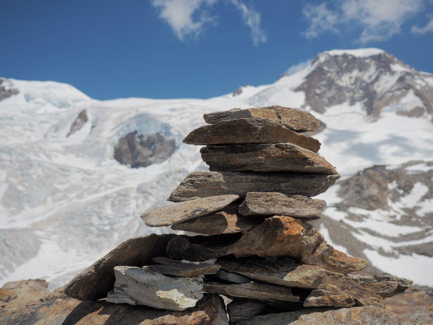 Ometto della cima a 3348 m con Piramide Vincent sullo sfondo